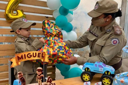 Polícia Militar promove aniversário de criança em Vitória da Conquista
