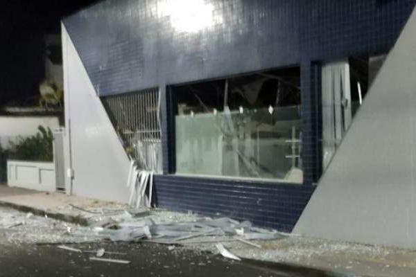 Homens armados explodem agência do Banco do Brasil em Salinas da Margarida