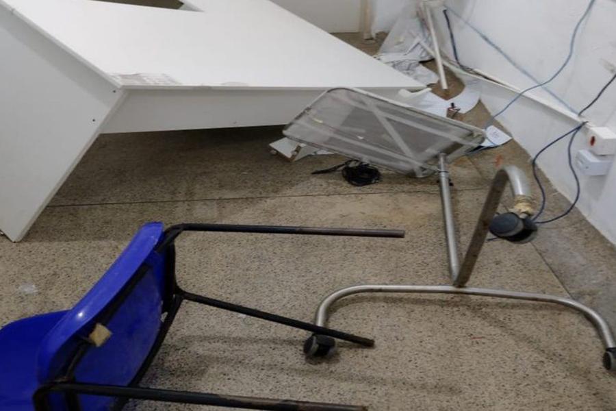 Homem tem 'surto' e destrói equipamentos em hospital de Simões Filho