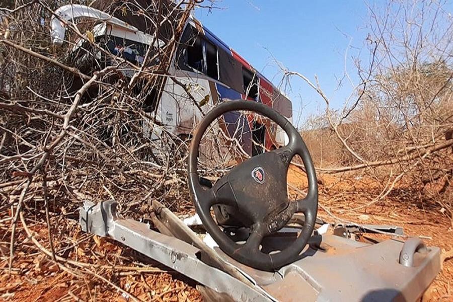 Colisão entre ônibus que seguia para Abaíra e veículo de passeio deixa mortos e feridos