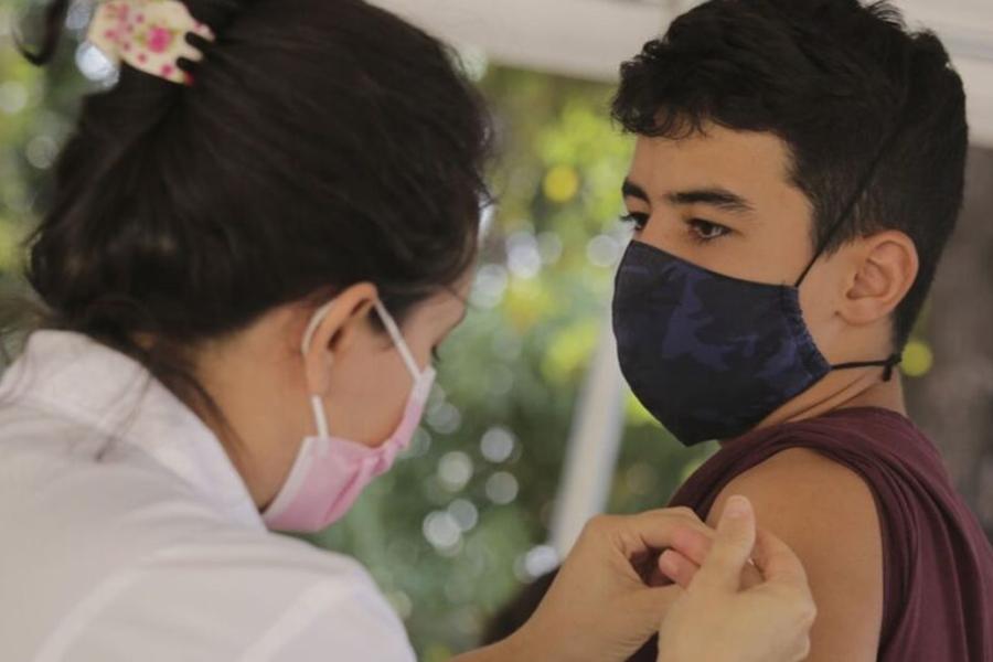 Ministério volta a recomendar vacinação de adolescentes contra a Covid-19