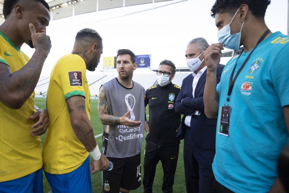 Anvisa interrompe jogo entre Brasil e Argentina e partida é suspensa