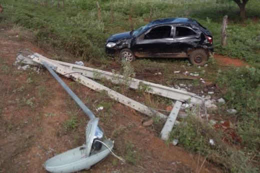 Dom Basílio: Carro capota após colidir em poste na BA-148