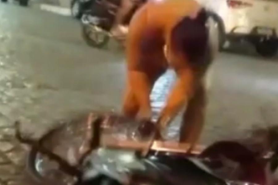 Mulher destrói motocicleta do marido após flagrar homem com suposta amante travesti