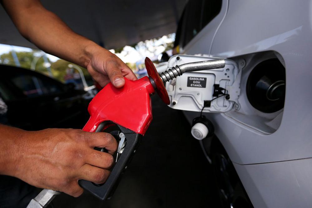 Presidente diz que Petrobras só fica com R$ 2 dos R$ 6 cobrados por litro de gasolina