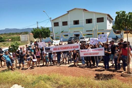 Dom Basílio: Pais de alunos fizeram protesto contra fechamento do NEIASM em frente à prefeitura