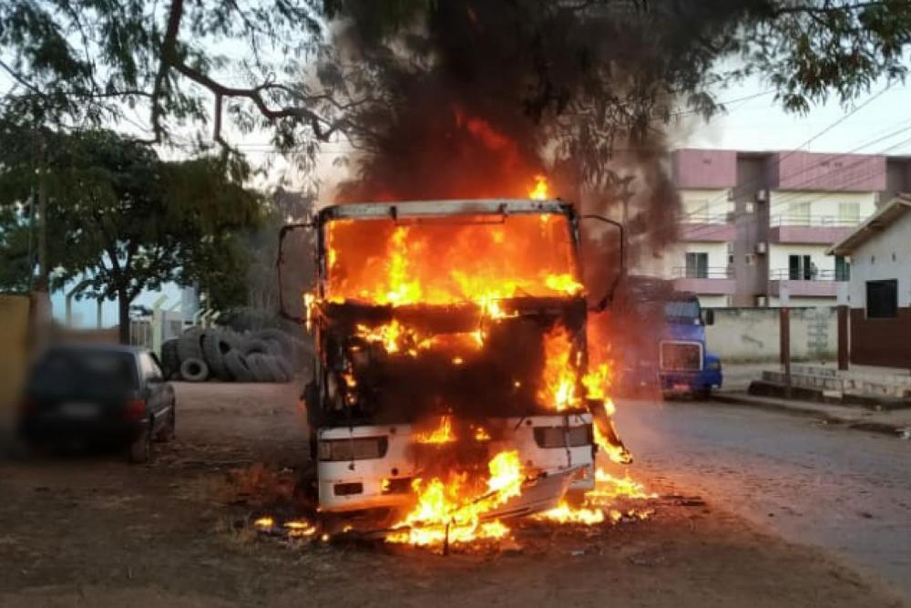 Carreta com combustíveis inflamáveis pega fogo em Luís Eduardo Magalhães