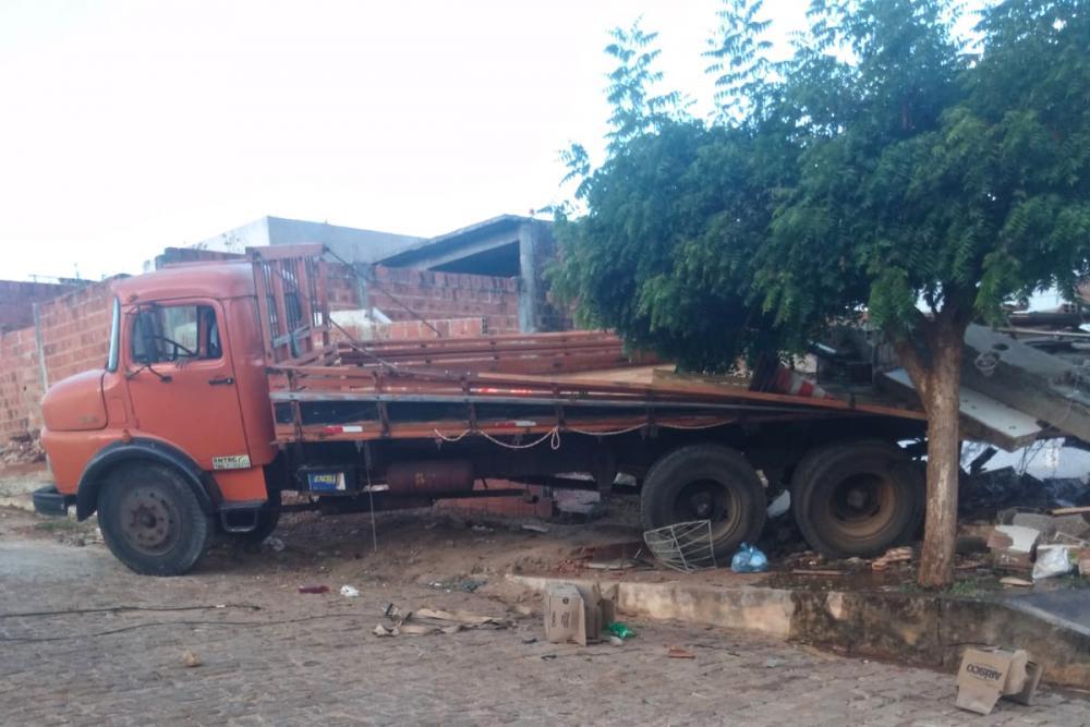 Caminhão desgovernado desce ladeira de ré e atinge residência em Brumado