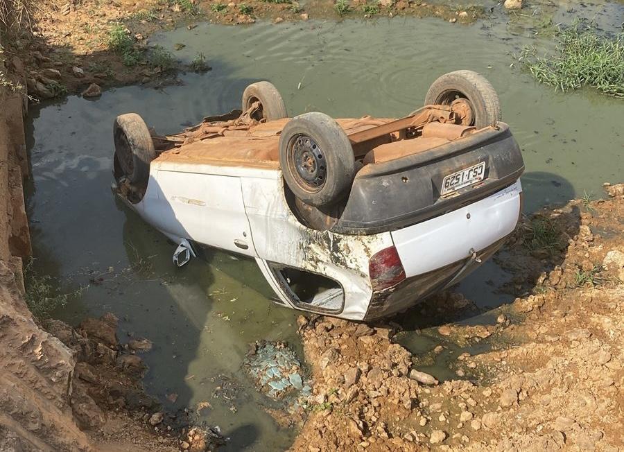 Motorista perde controle da direção e tomba carro em construção de ponte no bairro taquari