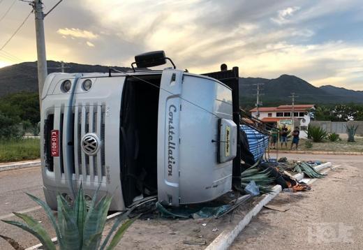 Caminhão carregado de cano PVC tomba na rotatória na cidade de Rio de Contas
