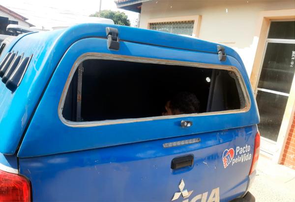 Brumado: Jovem resiste a prisão e quebra vidro de viatura policial com chute