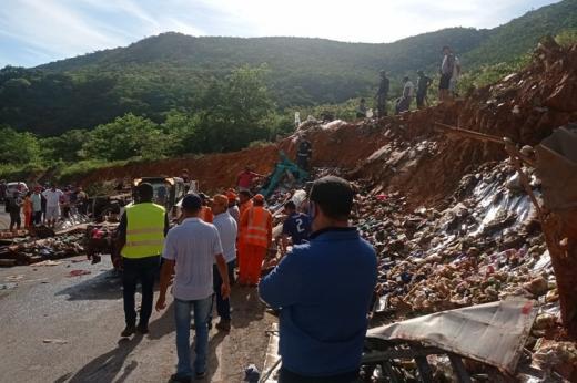 Rio de Contas: Veículo fica destruído e motorista fica preso às ferragens após caminhão tombar na BA-148