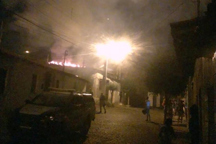 Homem flagra companheira com amante e ateia fogo na residência em Brumado