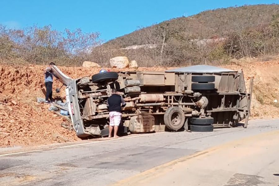 Dois ficam feridos após caminhão tombar na BA-148, em Rio de Contas