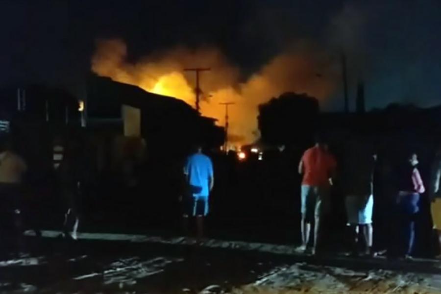 Incêndio destrói fábrica de estofados em Cruz das Almas