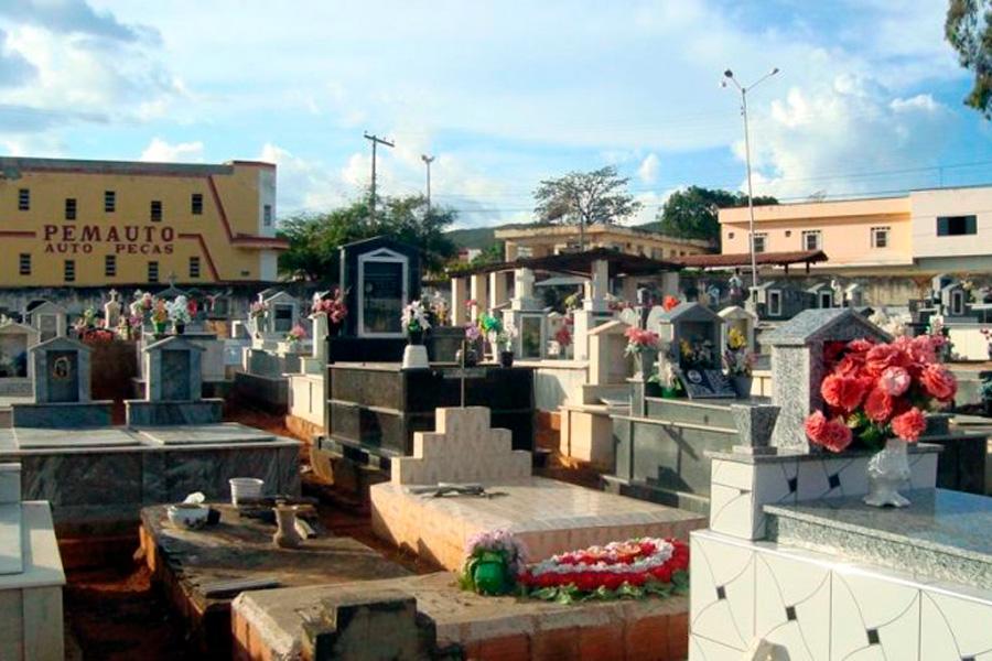 Dupla é presa por violar sepulturas no cemitério de Igaporã;  veja o vídeo